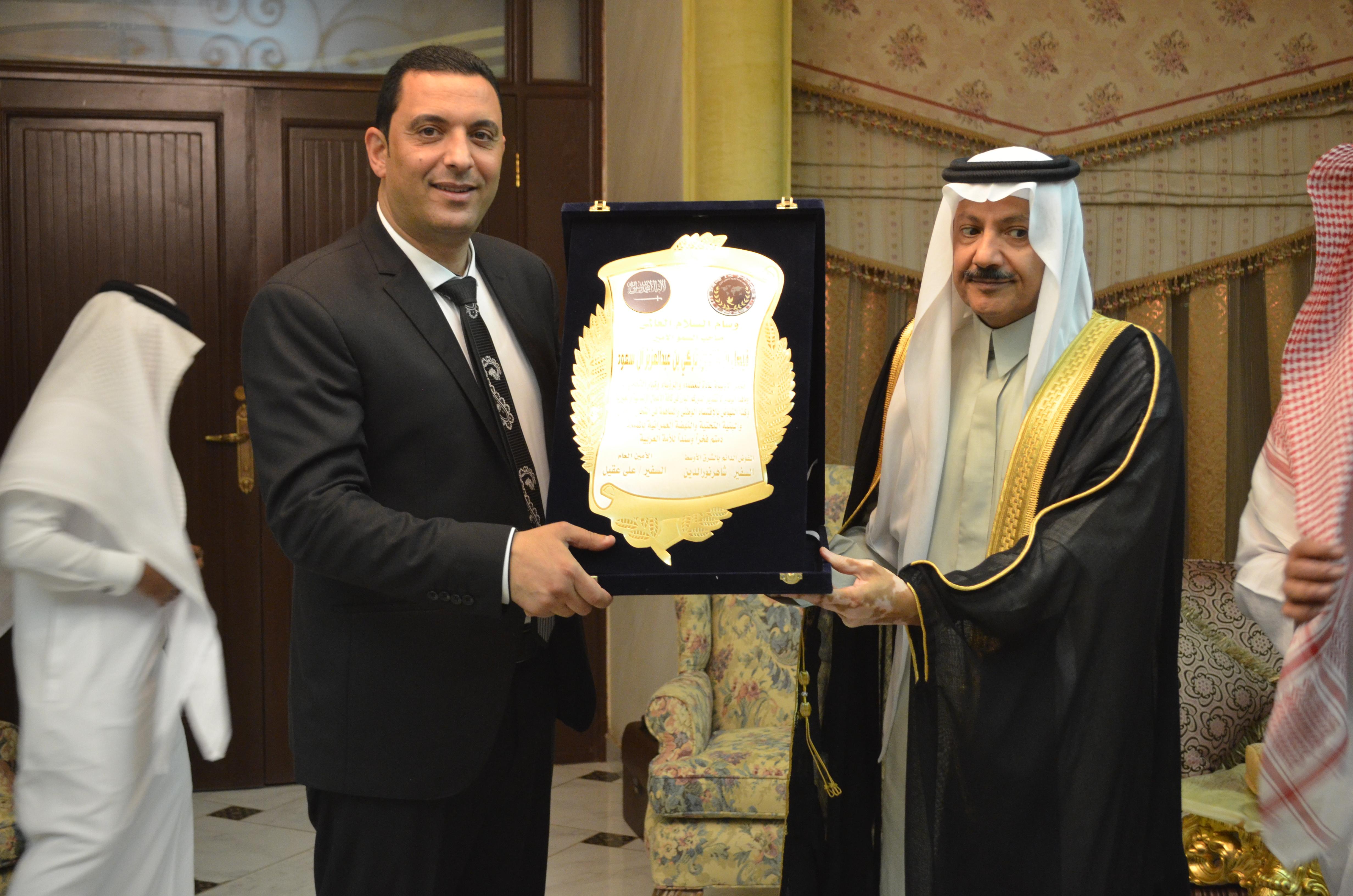 المجلس يمنح وسام السلام العالمي لسمو الأمير فيصل بن خالد آل سعود